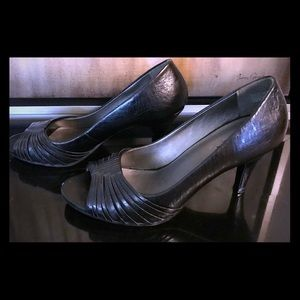 Reaction by Kenneth Cole open toed black pump